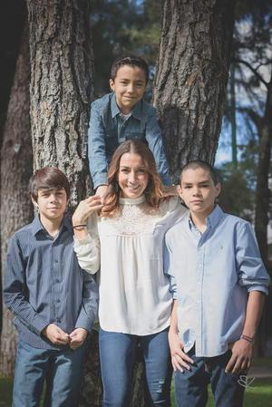 25122016 EN FAMILIA.  Marisol Jiménez Rodríguez en compañía de sus hijos, Diego, Rafael y Bernardo.