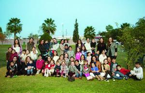 26122016 LA FOTO DEL RECUERDO.  Amigas de la generación 2000 del Instituto Alpes acompañadas de sus hijos.