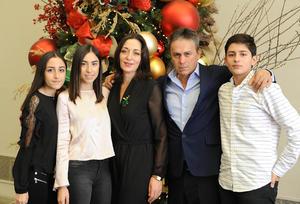 27122016 Jacobo y Adriana con sus hijos, Ana Paula, Natalia y Jacobo.