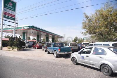 Mientras tanto largas filas se empezaron a ver desde las nueve de la mañana en las diferentes estaciones de servicio por el desabasto de gasolina.