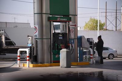 Algunas gasolineras mostraban el contraste al no tener vehículos en servicio.