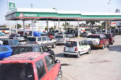 Decenas de vehículos abarrotaron estaciones de servicio de gasolina ante el desabasto.