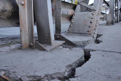 Grietas. La obra costó 234 mil pesos y se utilizaron 360 toneladas de fierro estructural, 370 de cemento, 3 mil 866 metros cúbicos de piedra, entre otros materiales.