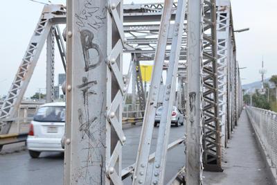 Grafiti. En diversas partes, el puente ha sido grafiteado, por lo que ciudadanos se comunicaron a la redacción de este medio para solicitar su limpieza.