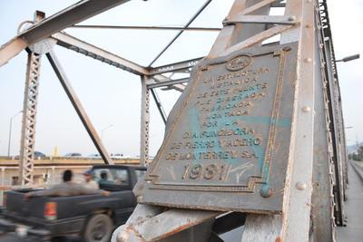 Historia. Aún se cuenta con la placa histórica de 1931 pero también ha sido grafiteada.