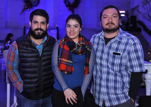 29122016 ENTRE AMIGOS.  Omar, Ilse y José Antonio.