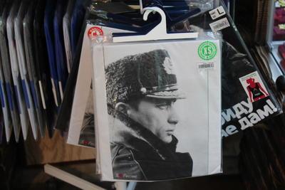 La imagen del presidente se vende en playeras y diversos artículos en Rusia.
