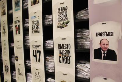 La imagen de Putin se ha convertido en toda una marca comercial que se vende en tasas, playeras, llaveros, calendarios y hasta en las tradicionales matrushkas.