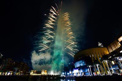 Desde el rascacielos más grande del mundo, el Burj Khalifa de Dubai, los fuegos artificiales pintan la noche del 2017 en la nación de medio oriente.