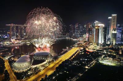 El distrito financiero de Singapur se ilumina con los fuegos artificiales de año nuevo.