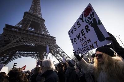 Con pancartas en mano, ciudadanos franceses alzaron la voz en contra de las políticas de Donald Trump.