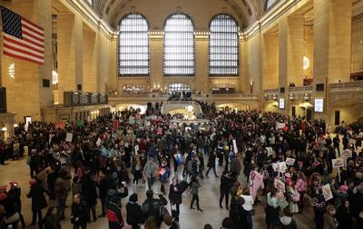 En Nueva York, manifestantes se congregaron en Grand Central terminal.