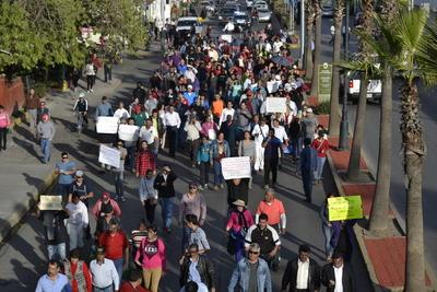 A lo largo de la avenida 20 de Noviembre cientos de personas marcharon con pancartas y lanzaron gritos de inconformidad por medidas del Gobierno Federal.