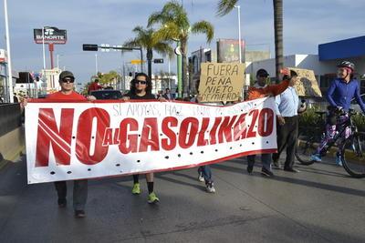 En Durango, convocatoria se realizó en redes sociales y convocó a más de 200 personas que con pancartas, lonas y gritos de protesta, manifestaron su rechazo al gasolinazo.
