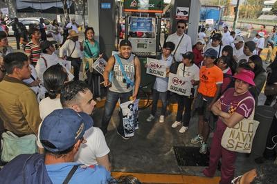 Los manifestantes bloquearon algunas gasolineras para expresar su inconformidad ante la subida del precio de la gasolina.
