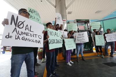 """Pancartas  y gritos con frases de """"Fuera Peña"""" y """"No al Gasolinazo"""", era lo que los manifestantes decían mientras marchaban por las calles."""