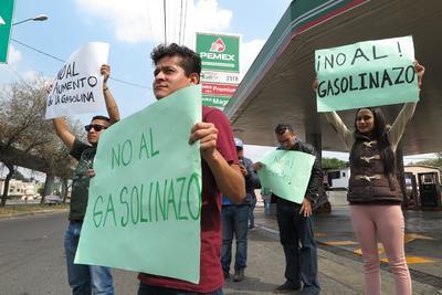 Los manifestantes, convocados por las redes sociales, se reúnen en diferentes gasolineras de la Ciudad de México, para marchar hacia la plaza principal de la ciudad, el Zócalo.