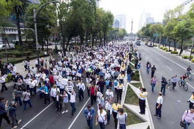 En la Ciudad de México, los inconformes comenzaron a llegar alrededor de las 11.00 horas al pedestal del ángel de la Independencia, pero la marcha se inició casi dos horas más tarde, cuando ya se habían reunido unos 500.