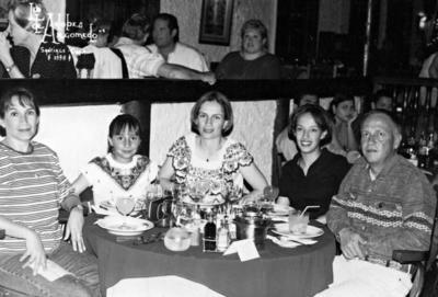 01012017 Dr. Antonio García Lesprón acompañado de su familia: Sra. María Olga, sus hijas, Olga Elisa, N. Cristina y Paulina, en Santiago de Chile, en 1998.