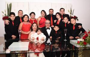 02012017 BODAS DE RUBí.  María Luisa Umaña y Enrique Facio Méndez acompañados de sus hijos, Enrique, Luisa María y José Alfredo, y sus nietos, en su festejo por 40 años de feliz matrimonio.