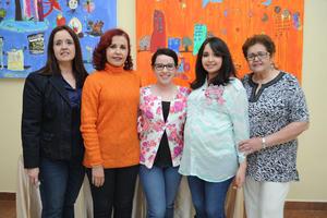 02012017 FIESTA DE CANASTILLA.  Diana Richards acompañada de Lupita, Elvira, Olivia y Olivia, en el baby shower que le organizaron por el nacimiento de su bebé, a la que llamará Regina.