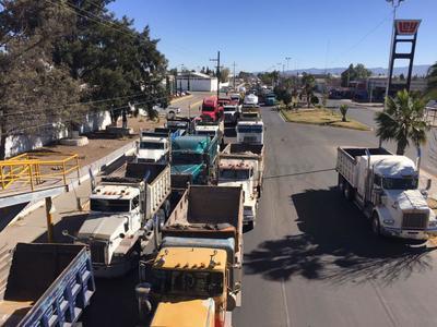 Los manifestantes colocaron sus pesadas unidades a las afueras de Pemex en Durango.