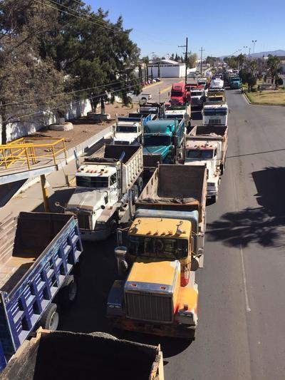 Fue esta mañana que más de un centenar de vehículos pesados protestaron al exterior de Pemex en la capital del estado.