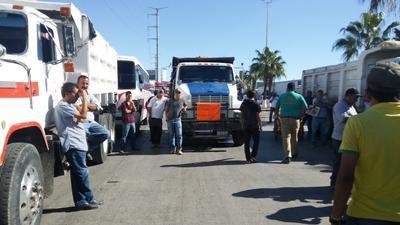 Se presentaron alrededor de 700 personas y 400 unidades diversas, quienes cerraron totalmente el acceso de la calzada Carlos Herrera Araluce entre el bulevar González de Vega y la calle Guanaceví.