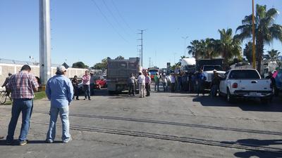 Diferentes organizaciones bloquearon la planta de Petróleos Mexicanos (Pemex) en el Parque Industrial de Gómez Palacio, para manifestar su inconformidad sobre el las modificaciones en los precios a causa de la Reforma Energética.
