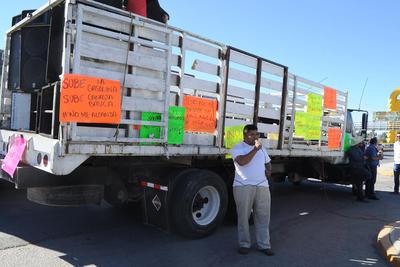 Los manifestantes llevaron varias pancartas.