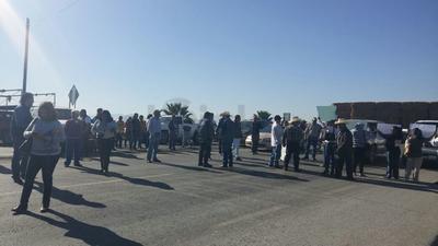Poco después de las 10 de la mañana se apostaron en la gasolinera que se encuentra en el entronque al ejido Maravillas e impidieron el despacho de gasolina por espacio de unos minutos, luego el contingente integrado por unas 30 personas, cortaron la circulación de la carretera federal.