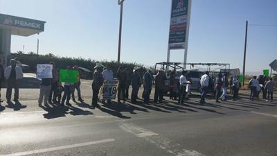 Integrantes del Barzón de Coahuila y Durango bloquearon por alrededor de 15 minutos la carretera Torreón-San Pedro, a la altura del ejido Escuadrón 201 de Matamoros.