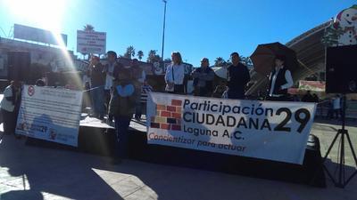 Participación Ciudadana 29 emprendió un plantón de manera pacífica en la explanada de la Plaza Mayor de Torreón en contra del alza en el precio de la gasolina.