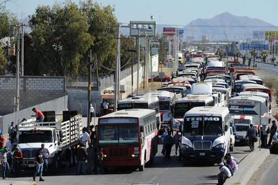 Transportistas se manifestaron en el Periférico de Torreón en contra del gasolinazo.