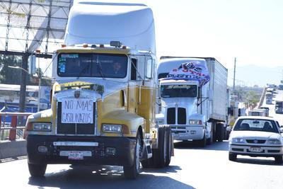 Camiones pesados circularon en caravana en contra de la medida del Gobierno federal.