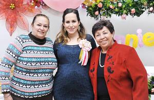 03012017 ANNIE ESTá POR LLEGAR.  Dafne Muruaga de Ruiz, acompañada de su mamá, Sonia Galán, y su suegra, Jose de Ruiz, en el baby shower que se le organizó hace unos días.