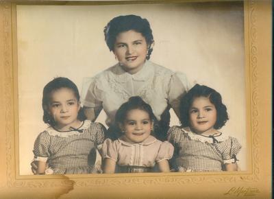 Sra. Socorro Vela de Sifuentes (q.e.d.) y 3 de sus hijas, Izq. a Der. Marina, Graciela y Ma. Eugenia Sifuenentes Vela, foto estudio en el año del 55.