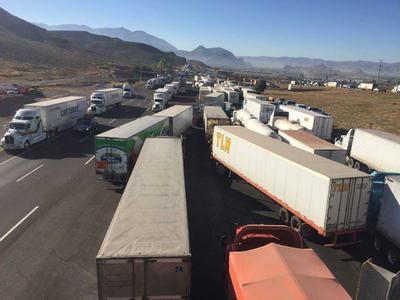 Del lado de Lerdo, desde el ejido Seis de Enero, puede observarse la fila de vehículos varados, misma situación ocurre hacia el lado de Cuencamé.