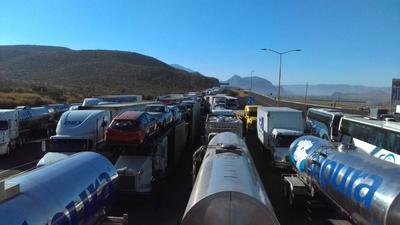 Camiones varados a 90 kilómetros a la redonda, siendo miles los que están ocupando la carretera, tanto la libre a Durango como la autopista.