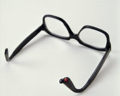 WASHINGTON (ESTADOS UNIDOS).- Fotografía que muestra unas gafas usadas en los '70 por la CIA con un recoveco para una cápsula de cianuro EFE