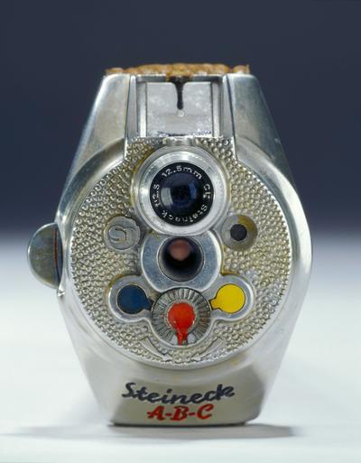 WASHINGTON (ESTADOS UNIDOS).- Fotografía facilitada por el Museo Internacional de Espías en Washington, Estados Unidos que muestra un reloj con una cámara usada al final de la II Guerra Mundial por los alemanes. EFE