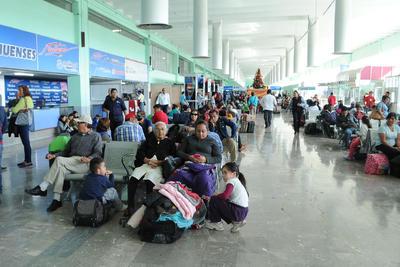 Los pasajeros tuvieron que esperar en los andenes de la central para que les resolvieran el problema.