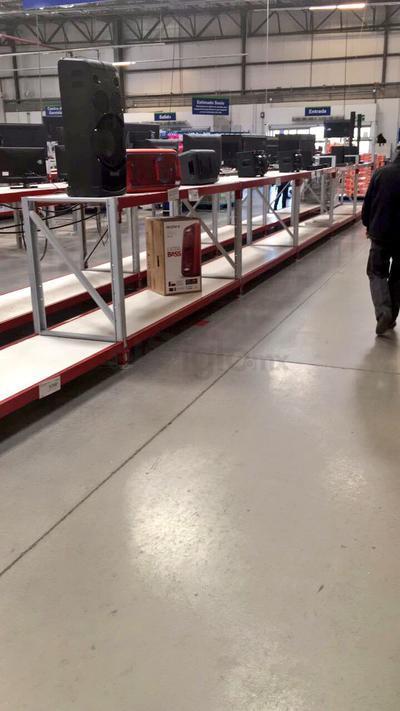 La mayoría de las tiendas ubicadas en centros comerciales tomaron medidas preventivas, que fueron del cierre parcial de sus accesos, a la suspensión total de sus actividades.