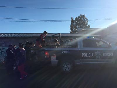 Momento en el que policías municipales remiten a un grupo de adolescentes que rondaban otro de los establecimientos a la hora que se habían sugerido, a través de redes sociales, actos de rapiña.