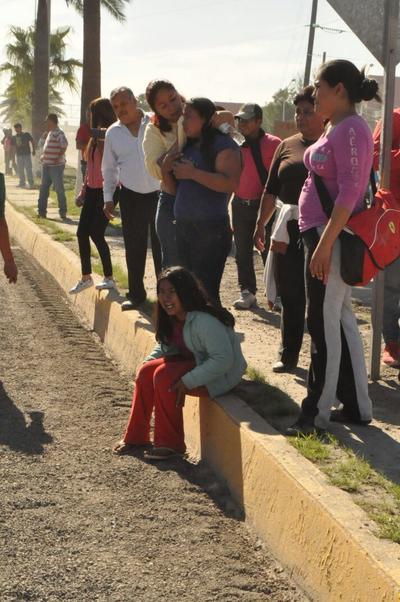 Un grupo de trabajadores que había sido detenido salió para hablar con los manifestantes y pedirles que la manifestación fuera pacífica.