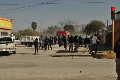 Los elementos de Fuerza Coahuila movieron la valla hasta el cruce del bulevar Pape y avenida Lázaro Cárdenas.