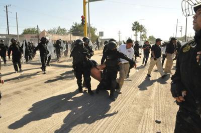 Cerca de las 10:30 de la mañana se registró el desalojo de los manifestantes con el uso de la fuerza, lo que enardeció a la población y generó la movilización de grupos ciudadanos.