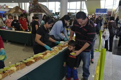 niños y adultos disfrutando de la tradicional rosca.