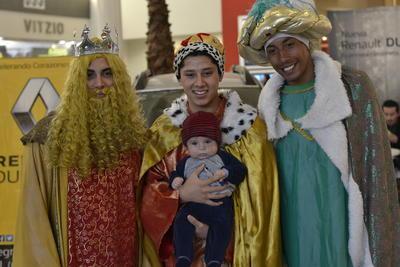 Chicos y grandes aprovecharon la oportunidad para tomarse fotos con los Reyes Magos.