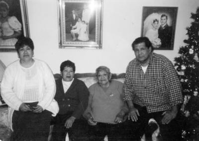 08012017 María Luisa, Martha y Jesús Hernández con su mamá, Pascuala Tabares, en 1997.